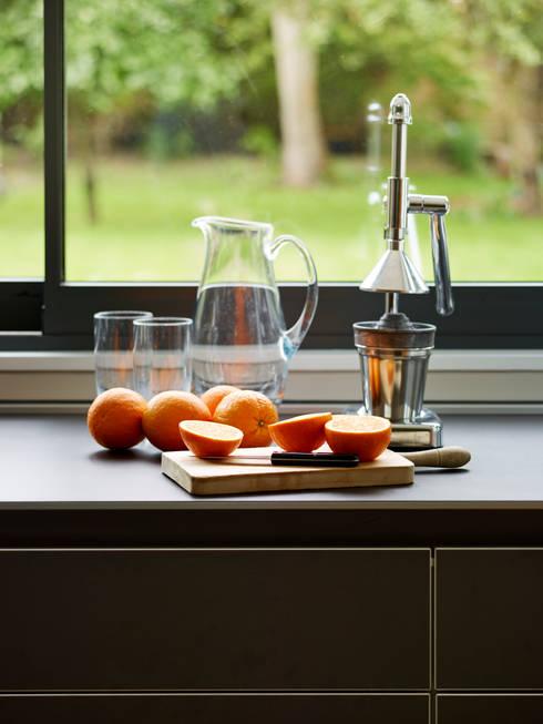 Island living: modern Kitchen by Kitchen Architecture