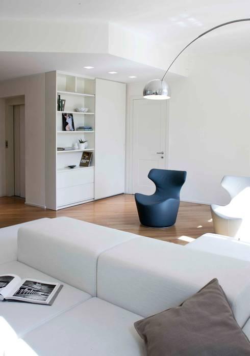 soggiorno: Soggiorno in stile  di marta novarini architetto
