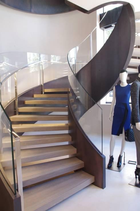Scala elicoidale negozio Max Mara realizzata da NIVA-line: Spazi commerciali in stile  di Ni.va. Srl