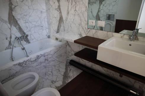 Casa MB_bathroom: Bagno in stile in stile Moderno di laboratorio di architettura - gianfranco mangiarotti