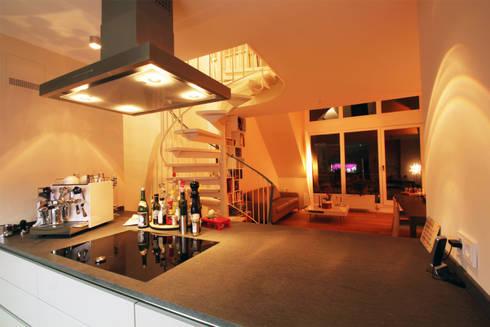 Ein Blick aus der Küche: moderne Küche von Wohnwert Innenarchitektur
