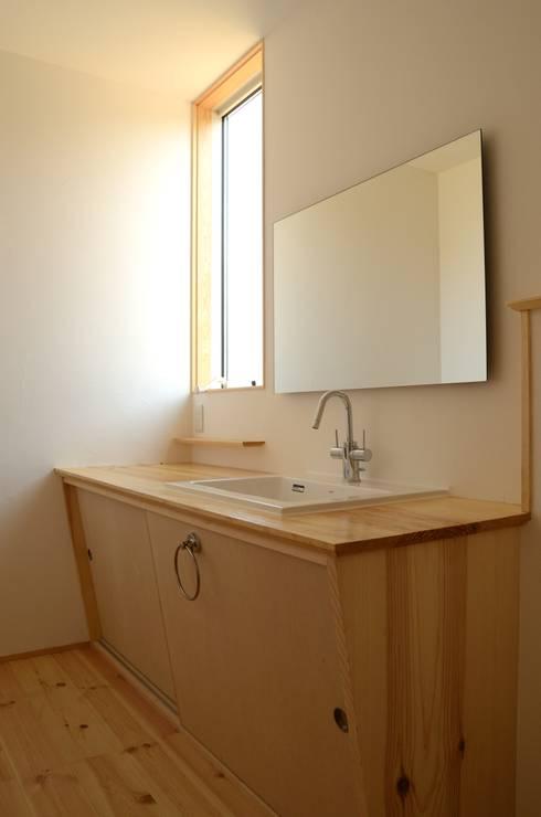 洗面脱衣室: 高野建築が手掛けた浴室です。