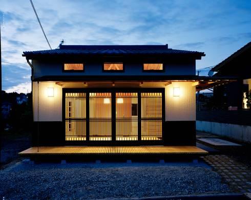 正面外観夜景: 株式会社 遊墨設計が手掛けた家です。