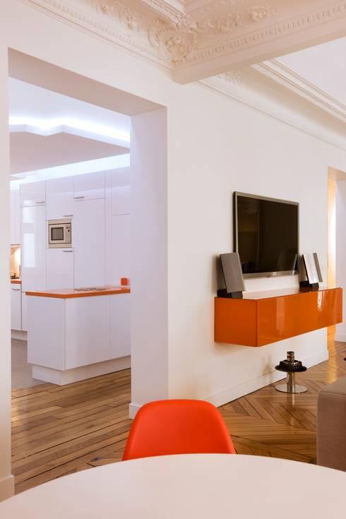 Appartement 140m²: Salon de style  par blackStones