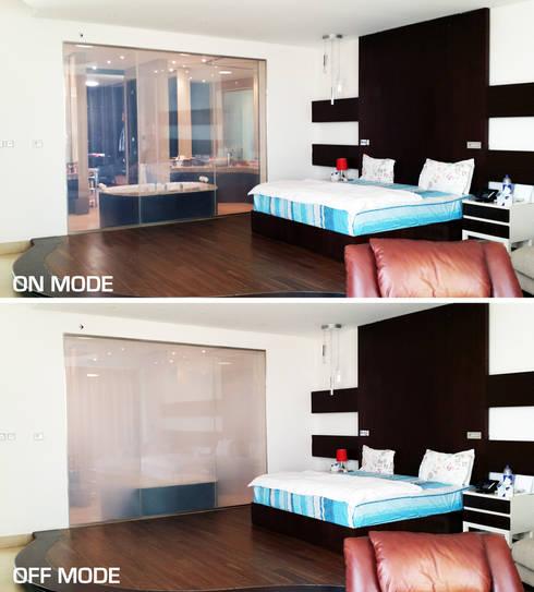 """Residencia privada en """"Emirates Hills"""": Baños de estilo ecléctico de Vidrios de privacidad"""