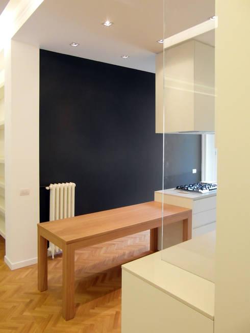PV House: Sala da pranzo in stile  di Zetaconzero