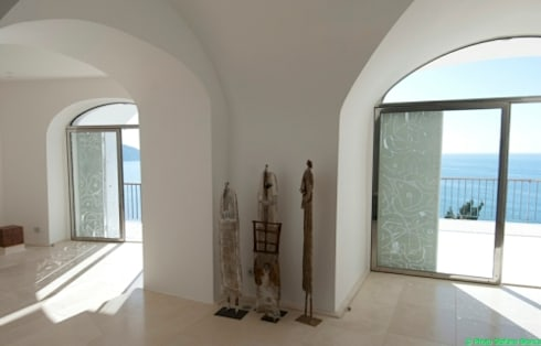 casa dentro le mura: Soggiorno in stile in stile Mediterraneo di laboratorio di architettura - gianfranco mangiarotti