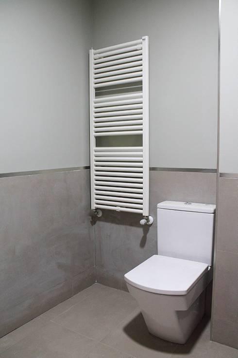 Reforma integral de chalet: Baños de estilo moderno de Sabimad Proyectos y Obras