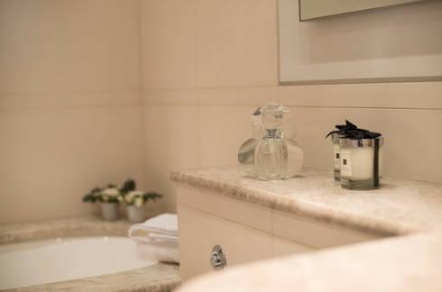 Family Bathroom: modern Bathroom by STUDIO[01] LTD