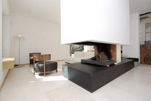 Casa  sul lago di Bracciano: Soggiorno in stile in stile Mediterraneo di laboratorio di architettura - gianfranco mangiarotti