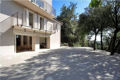 Casa  sul lago di Bracciano: Terrazza in stile  di laboratorio di architettura - gianfranco mangiarotti