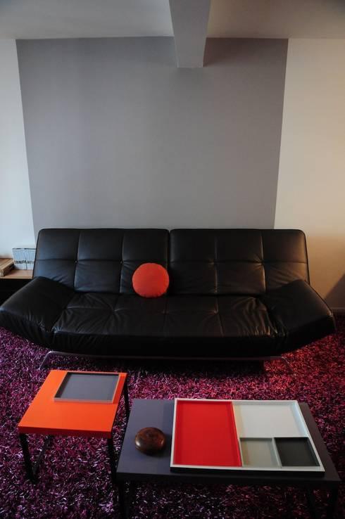UN DUPLEX À LIVRE OUVERT: Salon de style de style Moderne par Tony Lemâle Intérieurs