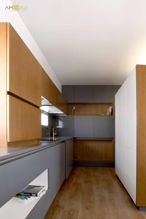 VIVIENDA EN RUZAFA: Cocinas de estilo  de ambau taller d´arquitectes