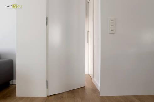 VIVIENDA EN RUZAFA: Pasillos y vestíbulos de estilo  de ambau taller d´arquitectes