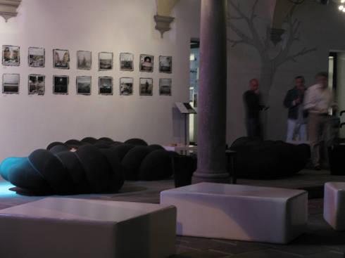Worm Sofa: Soggiorno in stile in stile Eclettico di Serena Fanara