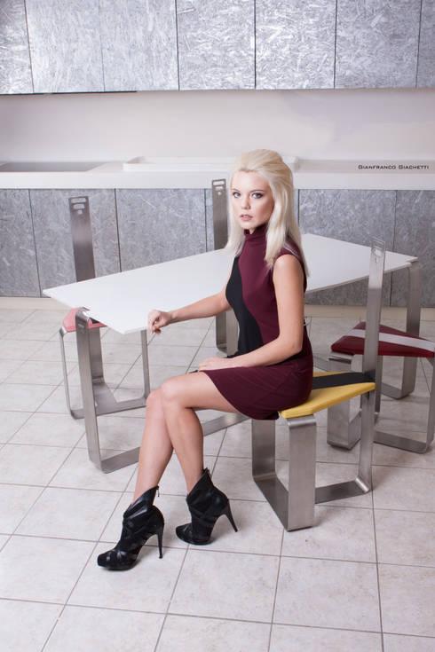 Tavolo e sedie Tron: Sala da pranzo in stile in stile Moderno di Studio MP