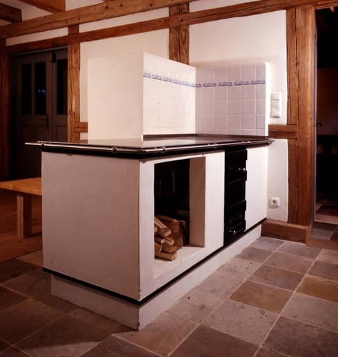 Holzfeuerofen: rustikale Küche von Gabriele Riesner Architektin