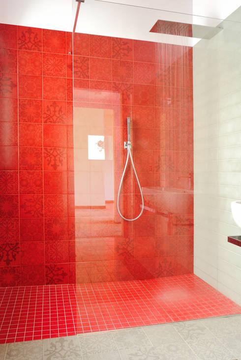Casa Appia Antica: Bagno in stile in stile Industriale di CAFElab studio