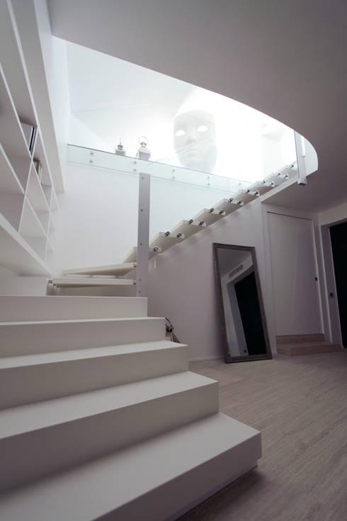 Casa L_01: Ingresso & Corridoio in stile  di Gimmigi Lab Architettura