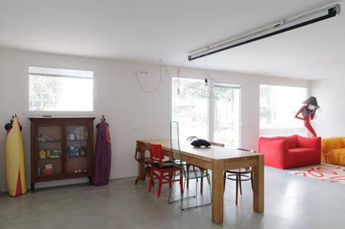 casa di luca: Sala da pranzo in stile in stile Moderno di Clinicaurbana
