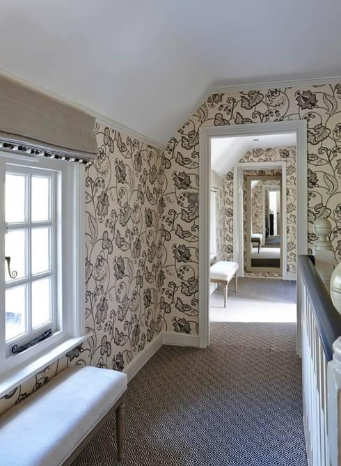 Pasillos y vestíbulos de estilo  de Charlotte Crosland Interiors