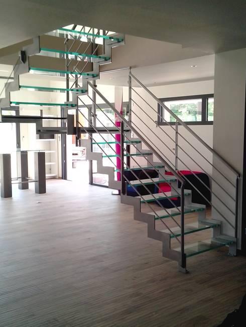 Escalier avec marches en verre: Couloir, entrée, escaliers de style  par Escalissime
