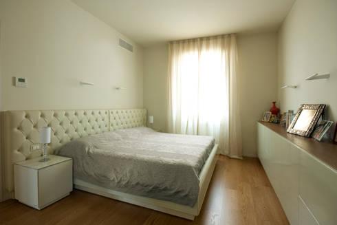 Camera da letto: Camera da letto in stile  di OPEN PROJECT