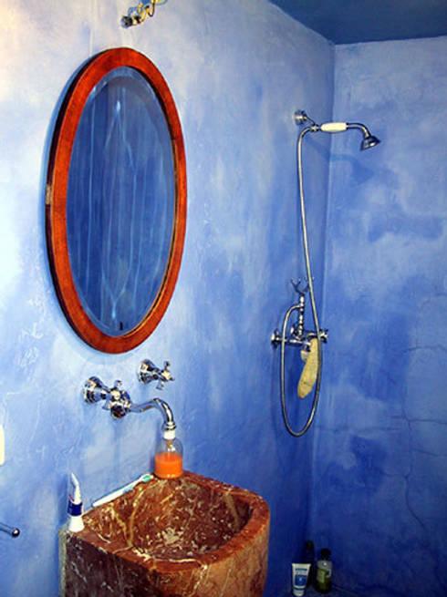 Baño con lavabo de mármol: Baños de estilo  de Anticuable.com