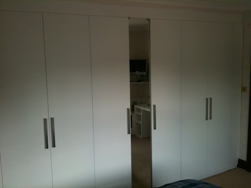Fitted Wardrobe:   by Southside Glazing & Joinery