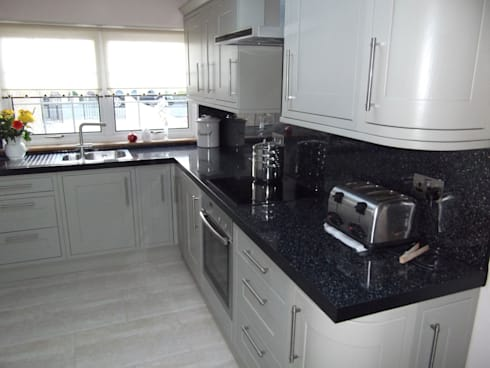 White Fitted Kitchen:   by Southside Glazing & Joinery