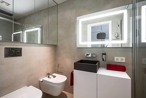 Baño con espejos: Casas de estilo moderno de Laura Yerpes Estudio de Interiorismo