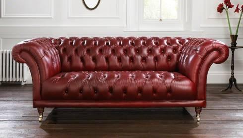 Divano Chesterfield modello 'Old Fashion' in pelle 'Deluxe Mulled Wine': Soggiorno in stile in stile Classico di LUCY retrò & chic