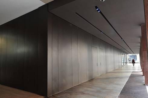 Facciata banca realizzata da NIVA-line: Spazi commerciali in stile  di Ni.va. Srl