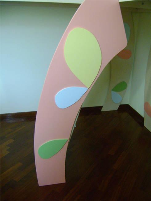 coccolati… da linee morbide… : Stanza dei bambini in stile in stile Moderno di linea contemporanea  home