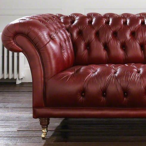 Divano Chesterfiled Modello 'Old Fashion' Made In England: Soggiorno in stile in stile Classico di LUCY retrò & chic