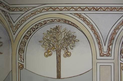 Ricostruzione decorazione vano scale: Ingresso & Corridoio in stile  di RIECOLOGIZZO