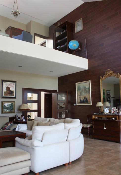 Salón y biblioteca Casa Zaranda: Salones de estilo  de LAR arquitectura