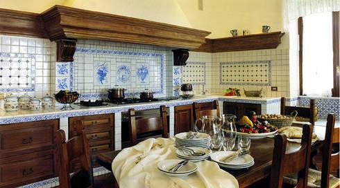 Cucina: Case in stile in stile Mediterraneo di Venezia Tre