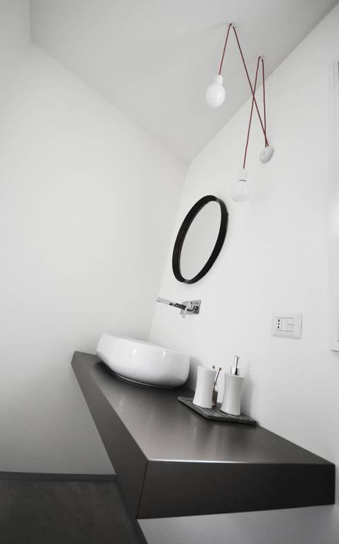 bagno camera: Bagno in stile in stile Eclettico di fds|officina di architettura