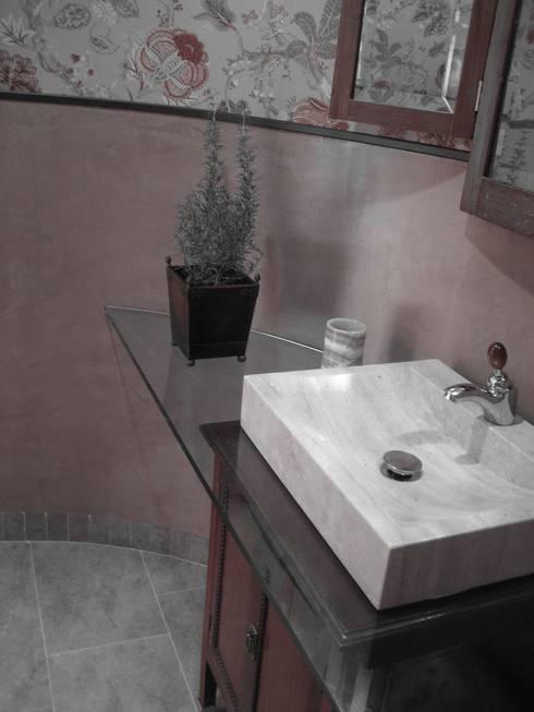 Baños de estilo  por LAR arquitectura