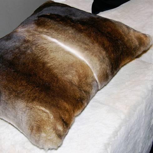 Mantas y almohadones de piel natural de miyabi casa homify - Mantas de piel ...