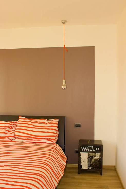 l.o.f.t.: Camera da letto in stile in stile Industriale di deltastudio
