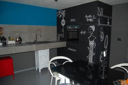 CUCINA LAVAGNA: Cucina in stile in stile Eclettico di Inarte Progetti di Lucio Mana
