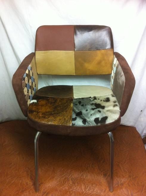 """Fauteuil 1960 patchwork """"peaux"""" : Salon de style  par Scenes d'interieuR"""