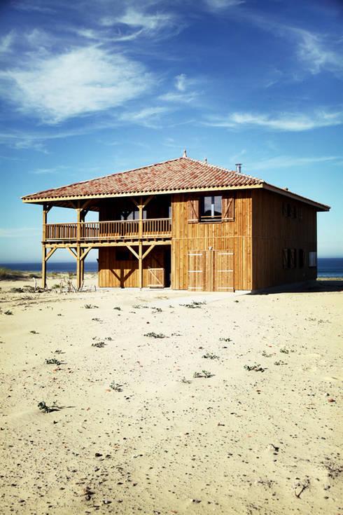 Chalés e casas de madeira  por EURL Cyril DULAU architecte