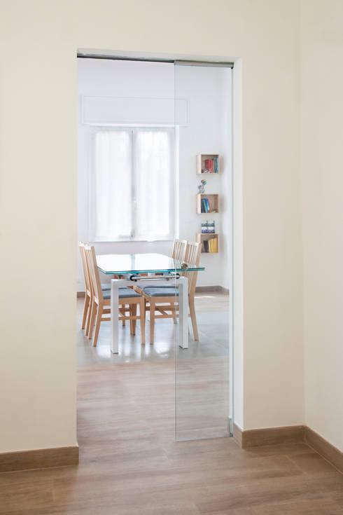 CASA AP: Sala da pranzo in stile in stile Moderno di Andrea Orioli