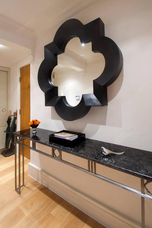 Pasillos y vestíbulos de estilo  por Eliska Design Associates Ltd.