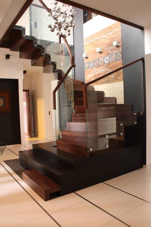 Corredor, Vestíbulo E Escadas Por STREGER Massivholztreppen