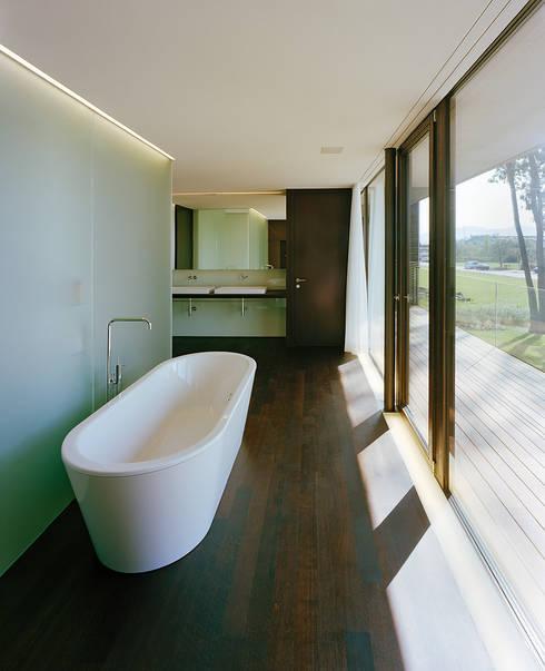 Ванные комнаты в . Автор – Dietrich | Untertrifaller Architekten ZT GmbH