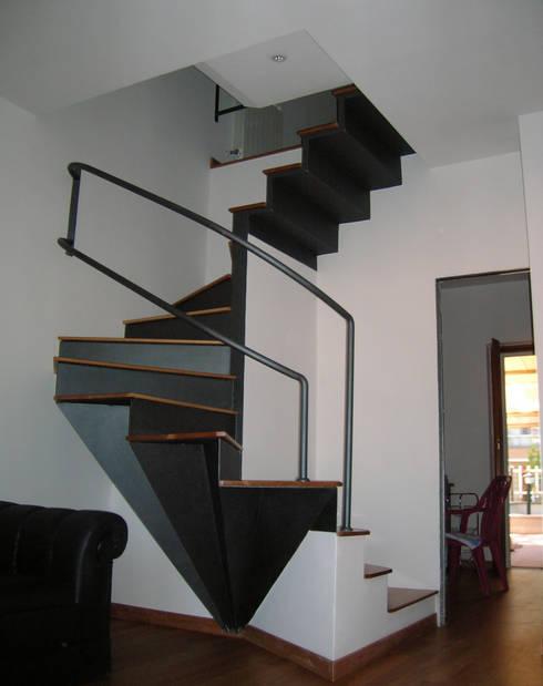 Pasillos y recibidores de estilo  por Studio Romoli Architetti